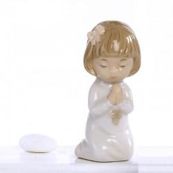 Bomboniera bimba in preghiera in ginocchio
